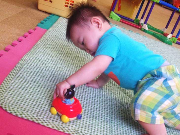 保育施設で遊んでる赤ちゃん