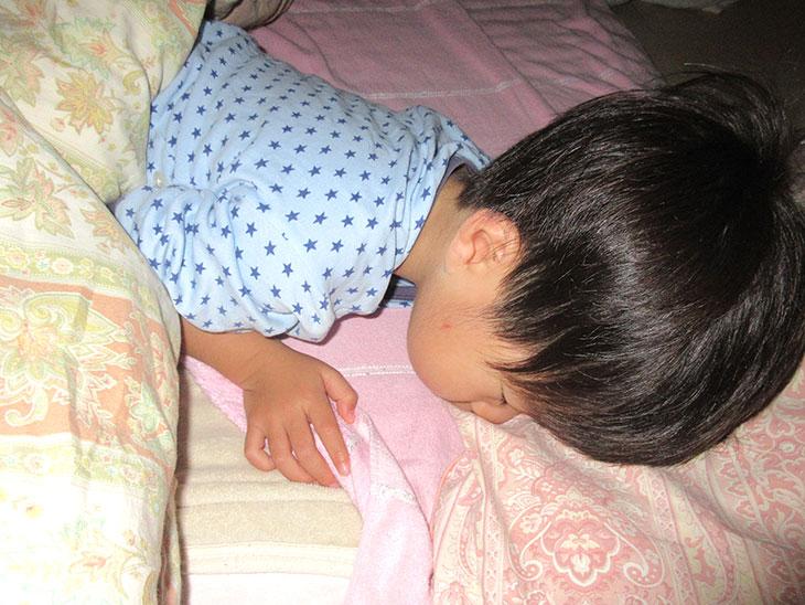 眠っている幼児