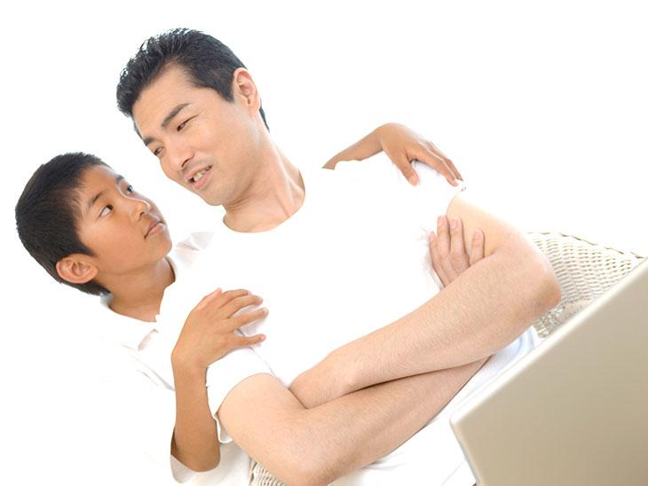 見つめ合う父親と子供