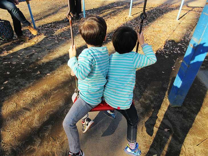 ランコに2人で乗る幼児