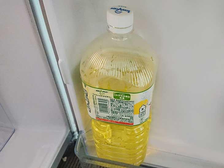 冷蔵庫の下段に置かれたペットボトル