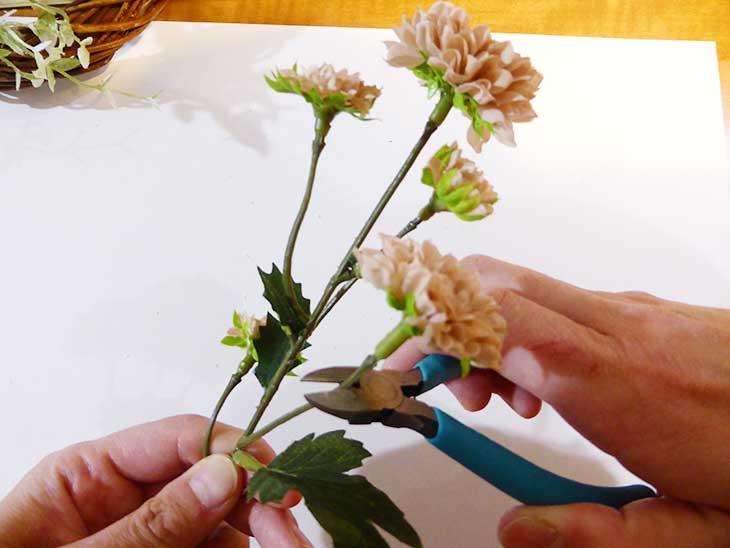 造花をカットする様子