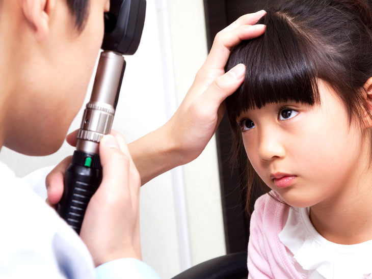 眼科の先生に目を見てもらう子供