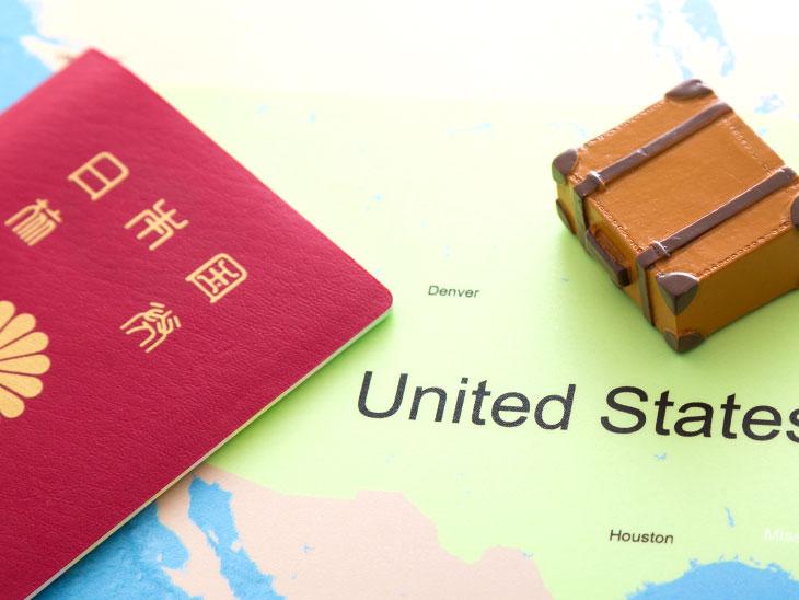 パスポートとアメリカの地図