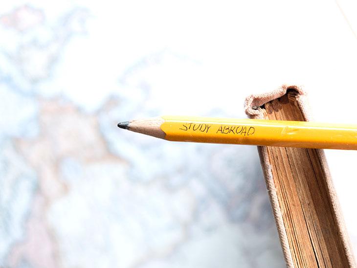 地図と鉛筆