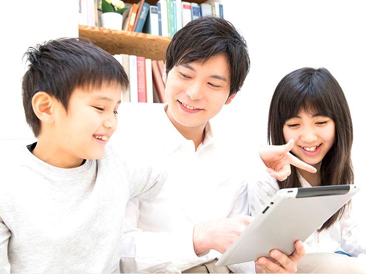 タブレットを楽しく活用する家族