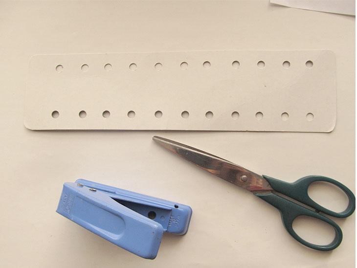 厚紙を長方形に切ります