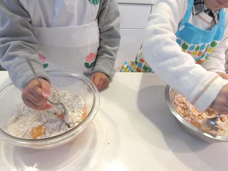 真剣に料理する子供達