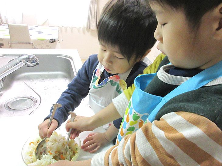 料理をする子供達