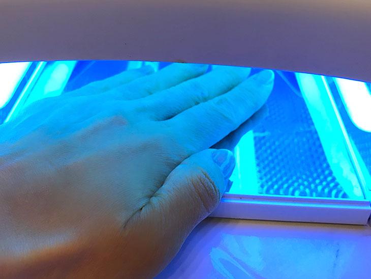 LEDライトで硬化させる様子