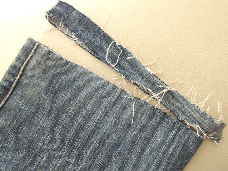 裾を切ったジーンズ