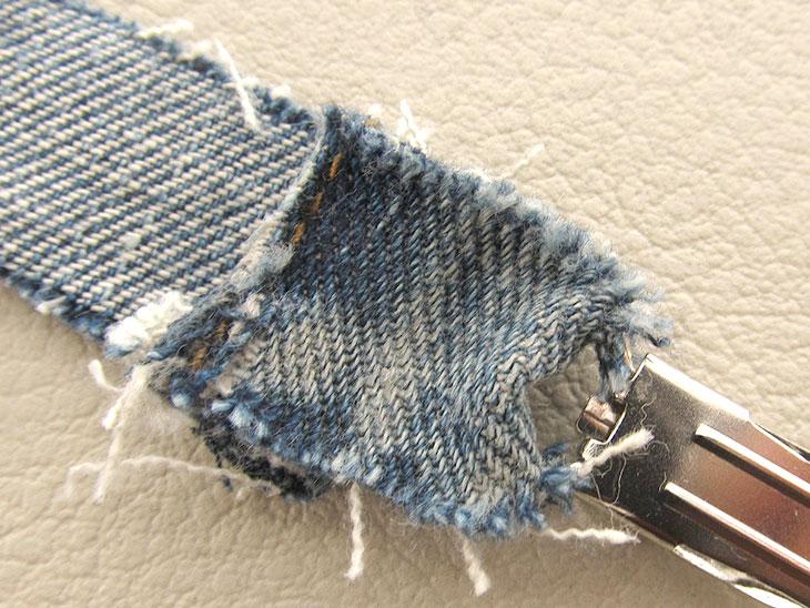 クリップに通して縫いつけた紐