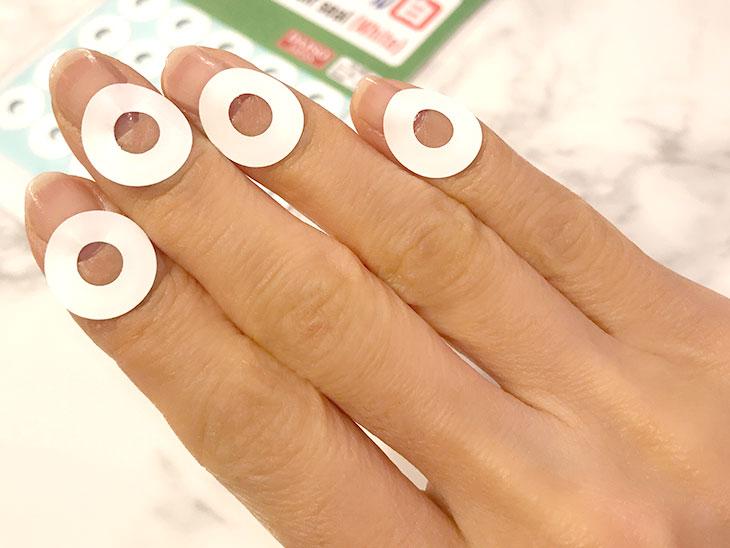 とじ穴補修シールを貼った指