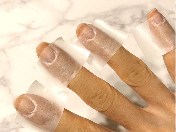 マスキングテープを貼った指