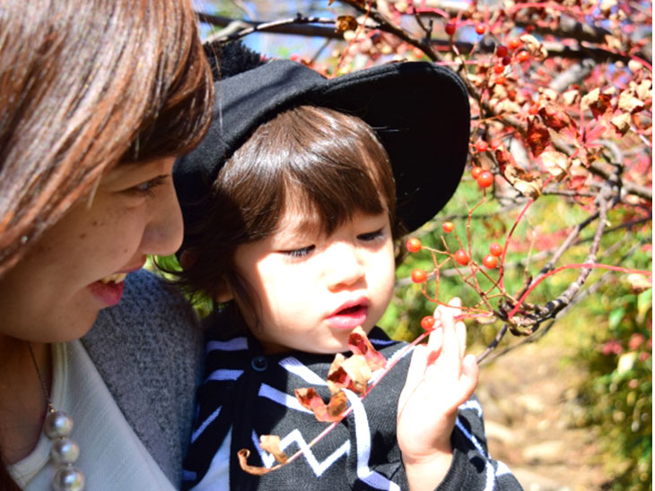葉っぱを見る親子