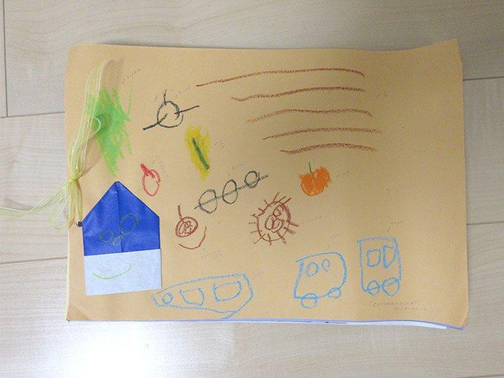 画用紙に飾られた子供の作品