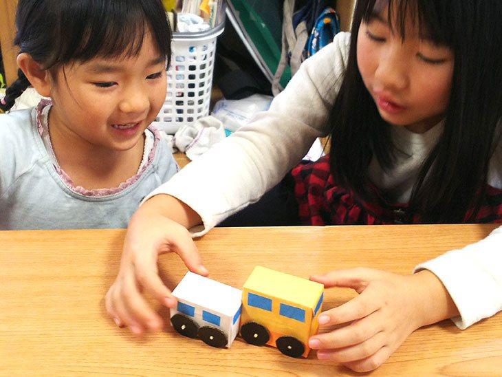 マジックカーを連結する子供