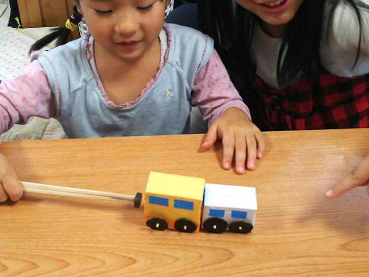 完成したマジックカーで遊ぶ幼児