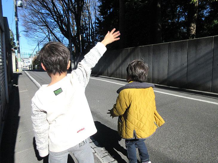 さようならと手をふる子供