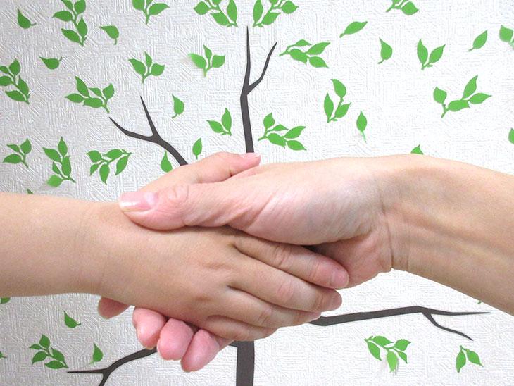 握手する親子の手