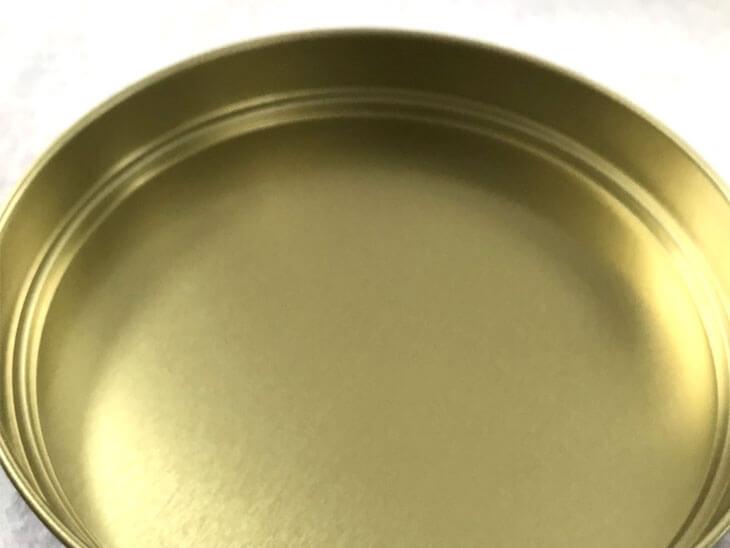 布の上に置いた空き缶の蓋