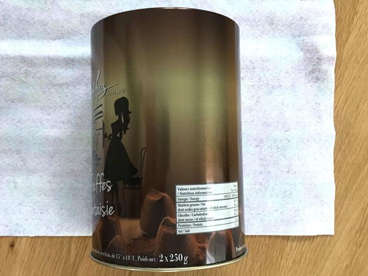 布の上に置いた空き缶本体