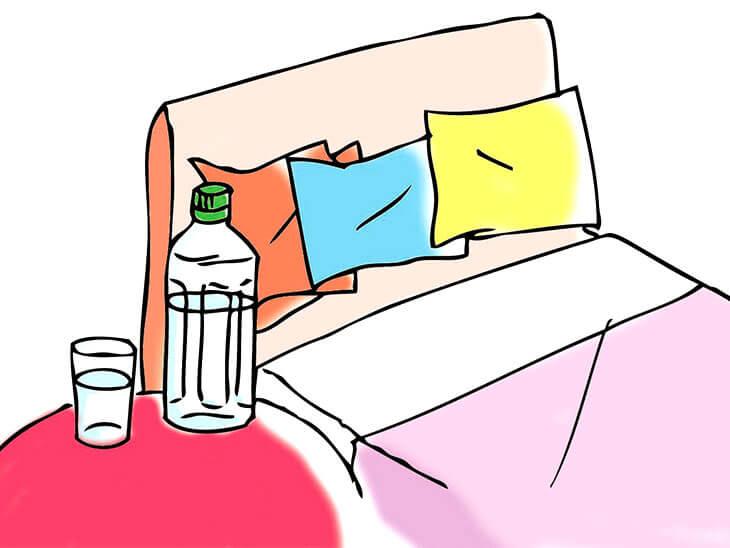 ベッドサイドの水とペットボトル