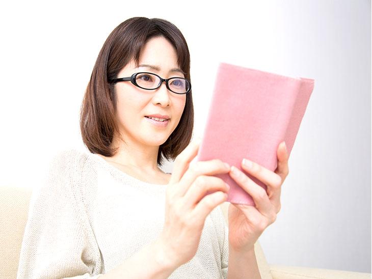 読書する主婦