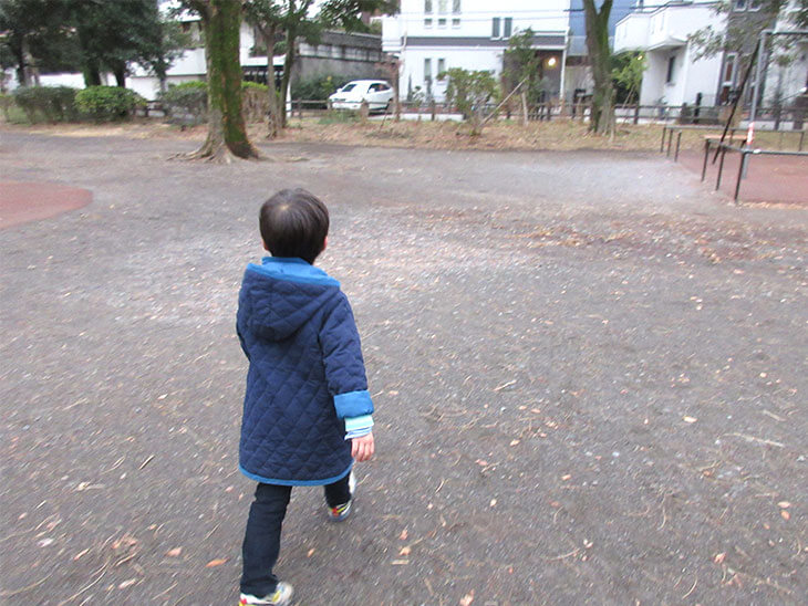 一人歩いている子供