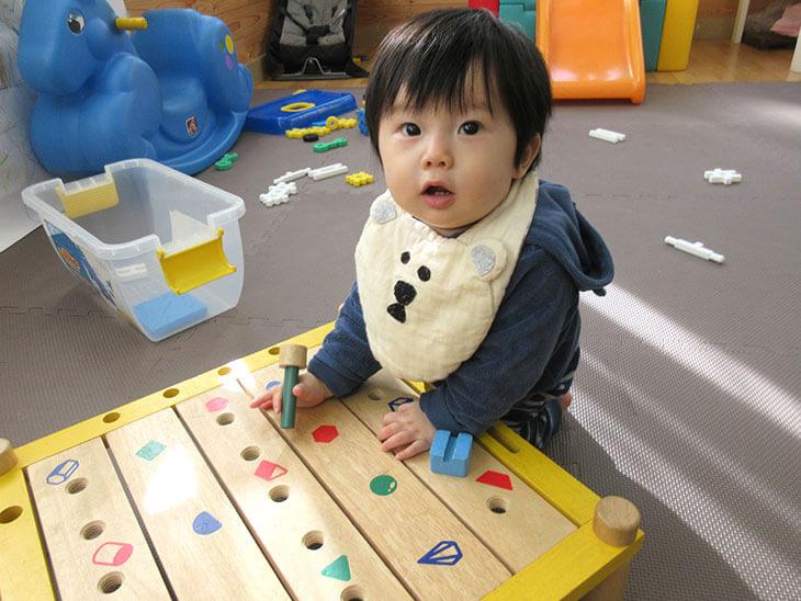 知育玩具で遊んでる赤ちゃん