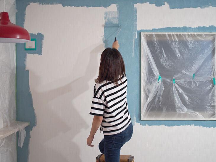 ローラーで塗装している様子