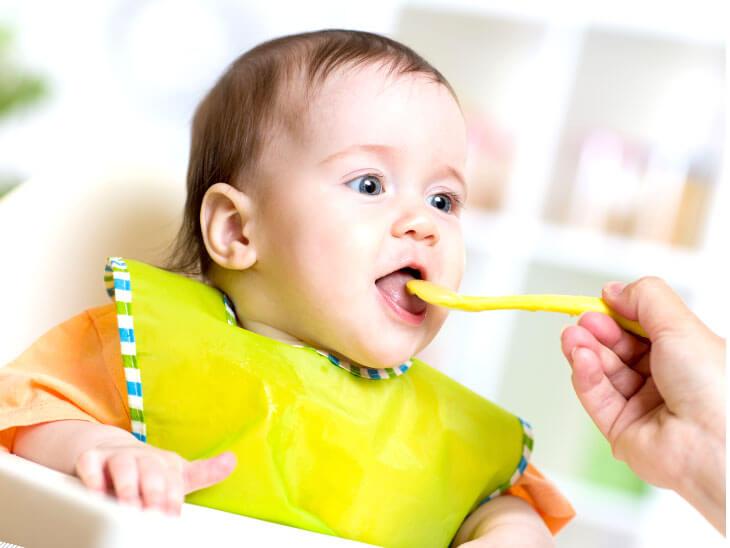 離乳食を食べさせてもらう赤ちゃん