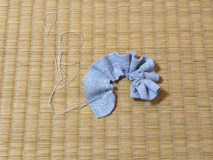 糸を絞って花の形にまとめる様子
