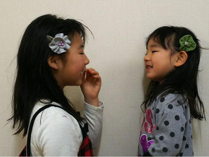 完成した2種類のヘアピンをつける女の子