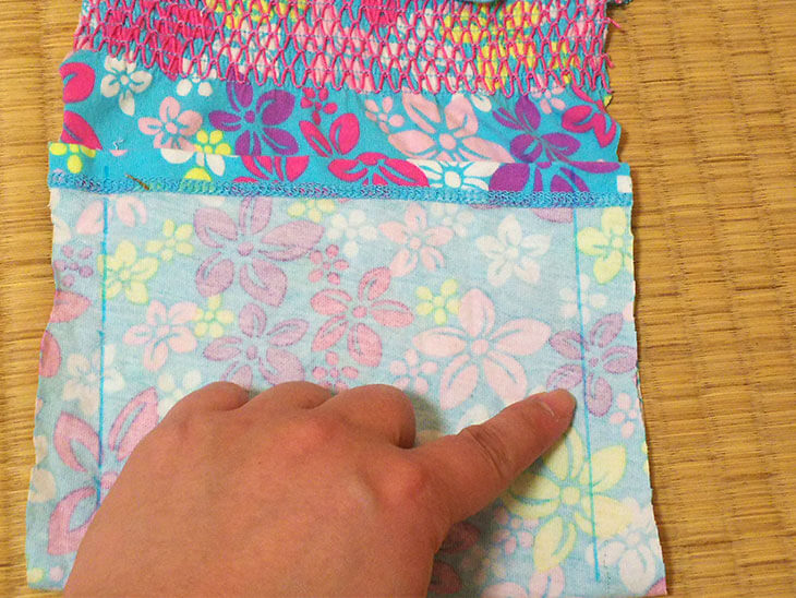 切り取った布の両端の縫い端