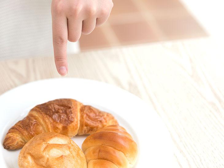 パンを指差す子供の手
