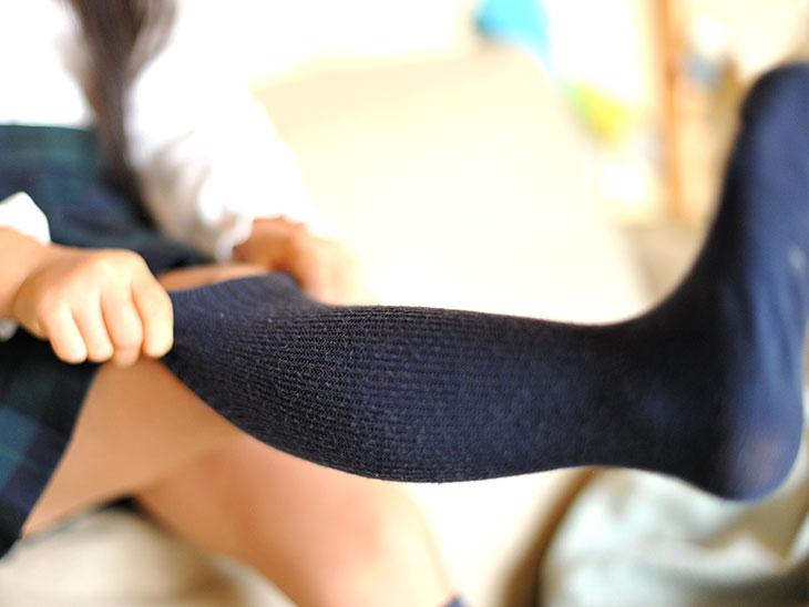 靴下を履く女の子
