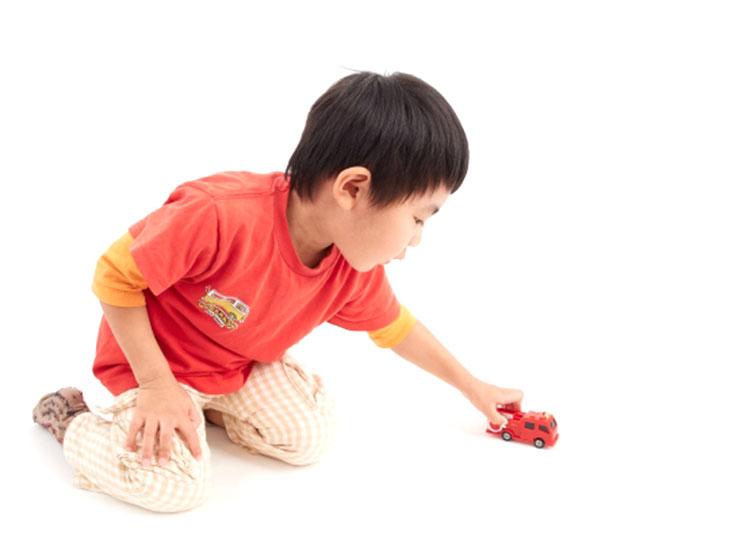 ミニカーで遊ぶ男の子