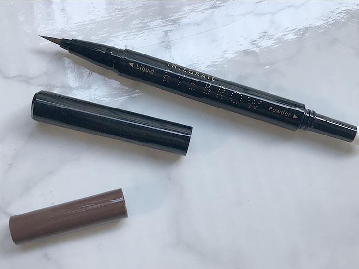 パウダーペンとリキッドペンが見えるアイブロウペンシル