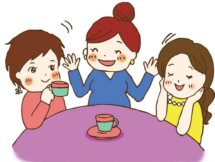 友達とお喋りする妊婦