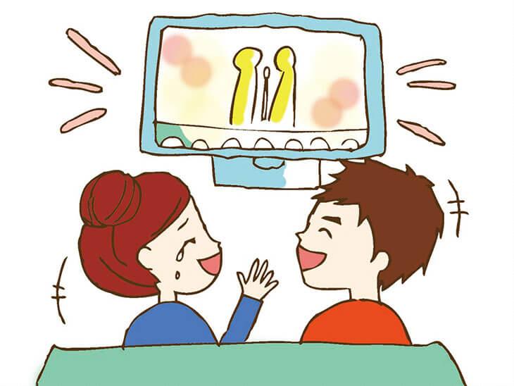 旦那さんと面白いテレビを一緒に見て沢山笑う妊婦