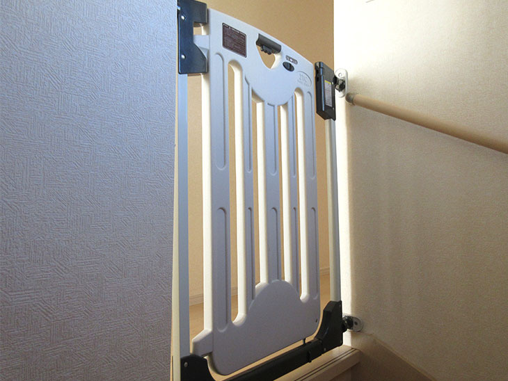 階段の上に付けられるベビーゲート