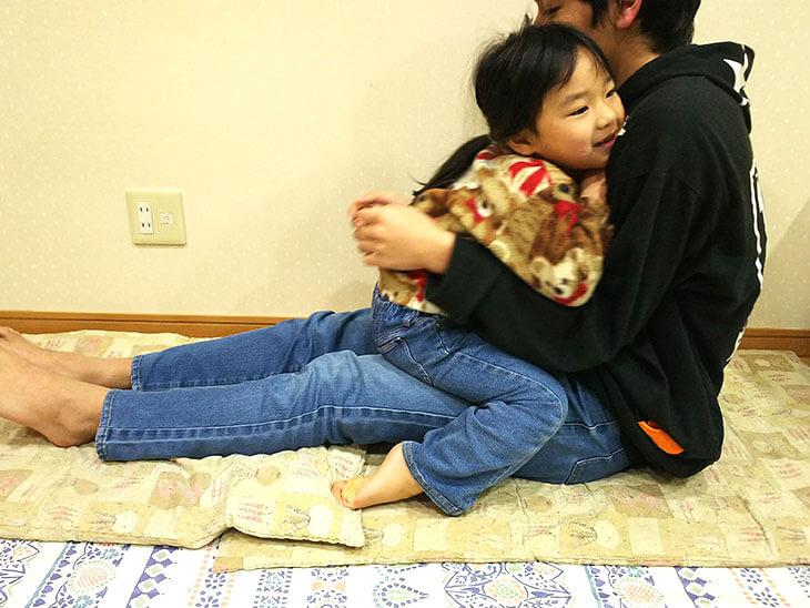 兄と向き合う幼児