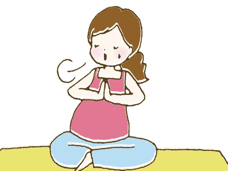 ヨガをする妊婦