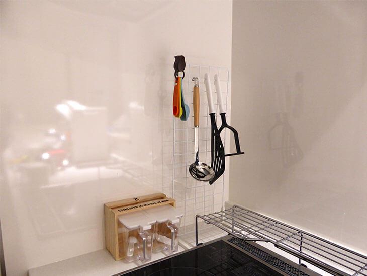 ネットと調味料入れが横に並んでいるキッチン