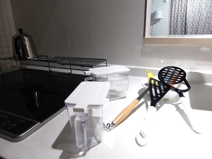 キッチンが散らかっている様子