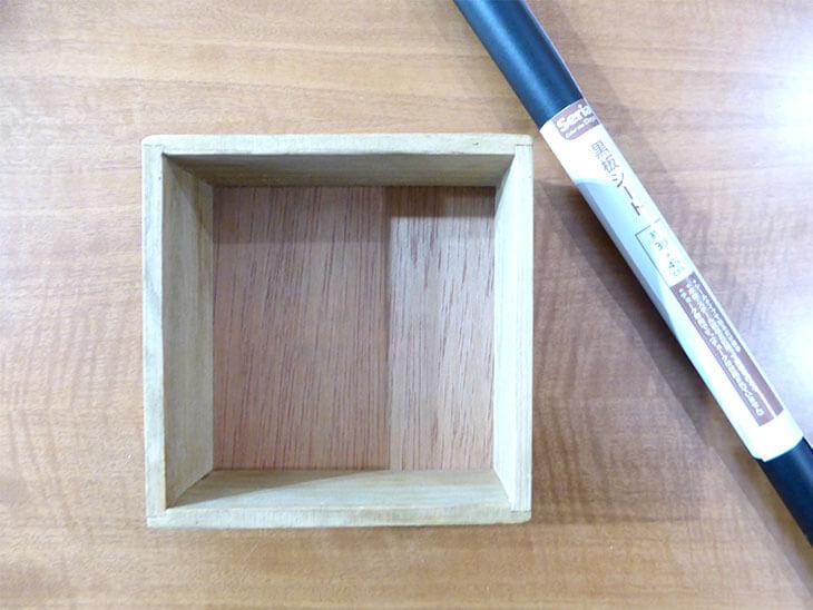 木のボックスと黒板シート
