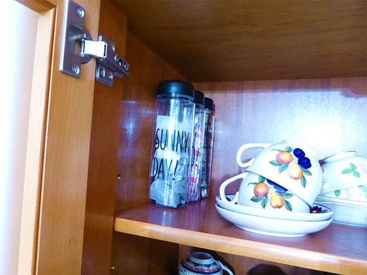 食器棚に入っているスティックシュガーケース様子