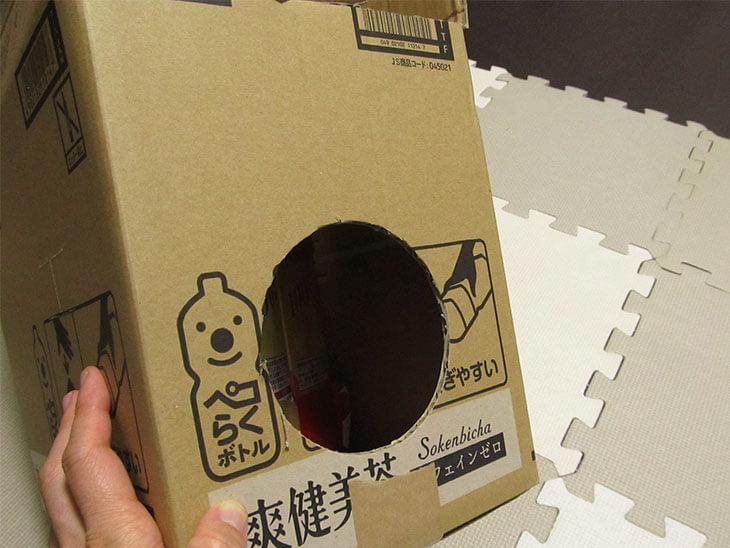 穴をあけた箱の側面