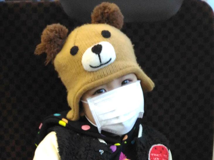 マスクを着用している幼児